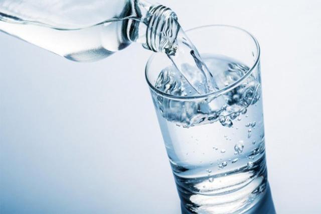 Nước không chỉ cấp ẩm mà việc uống đủ nước là điều cực kỳ quan trọng