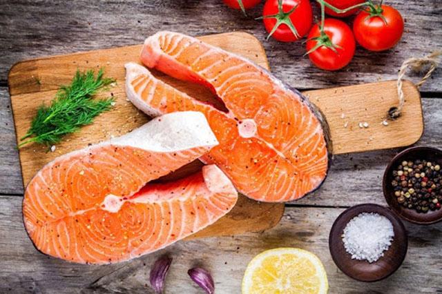 Hải sản là một trong số những thực phẩm ăn gì để trắng da toàn thân