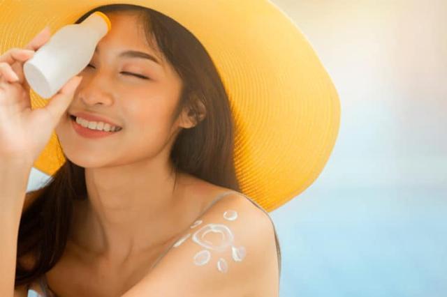Sử dụng kem chống nắng đủ và thường xuyên