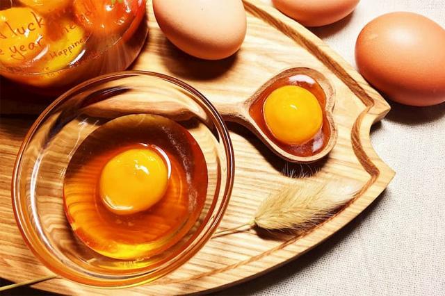 Massage ngực bằng mật ong và trứng gà